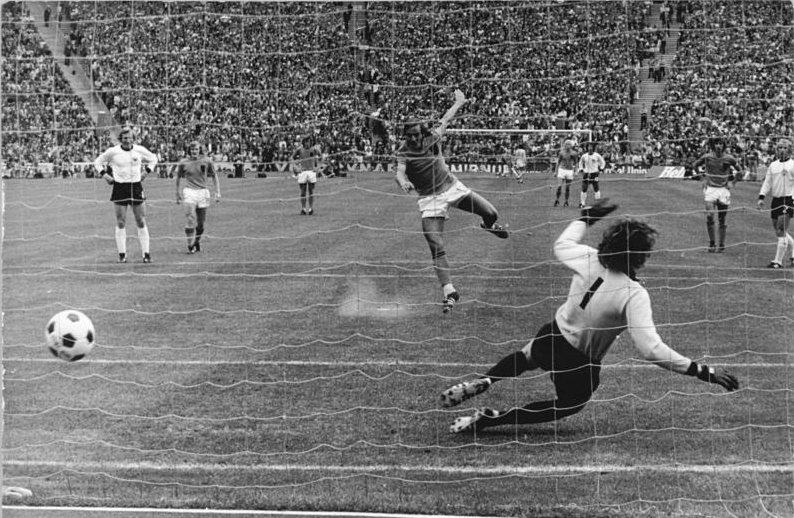 Sepp Müller hat keine Chance. 1:0 fr die Niederlande